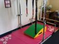 Маленький спортивный уголок в детской комнате фото