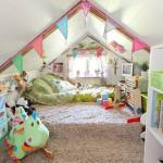 Интерьер игровой детской комнаты, совмещенный с кроватью