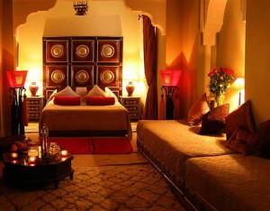 Уютный интерьер комнаты для девочки подростка в теплом цвете