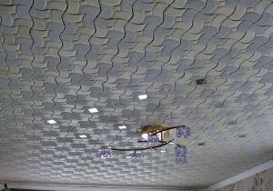 Как правильно наклеить потолочную плитку в гостинной