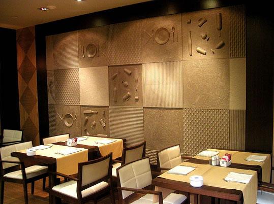 Декоративные стеновые панели для внутренней отделки фото в помещении с высокими потолками.