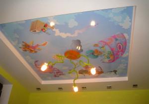 Красочный натяжной потолок в детской комнате фото