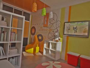 Яркое зонирование детской комнаты для мальчика и девочки