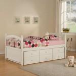 Аккуратная детская кровать с ящиками для хранения
