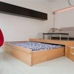 Деревянная выдвижная кровать подиум в спальне
