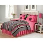 Яркий розовый текстиль на кровати для девочек фото