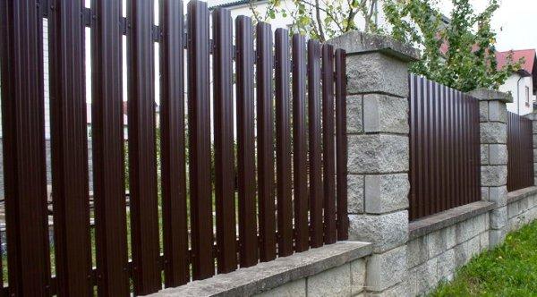 Евроштакетник – отличный забор для частного дома