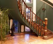 Как выбрать и установить деревянные лестницы в доме