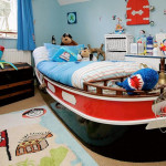 Интерьер маленькой детской комнаты для мальчика в цветах