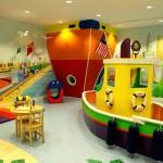 Красочный интерьер игровой детской комнаты