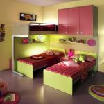 Разноцветный интерьер детской комнаты для двух девочек