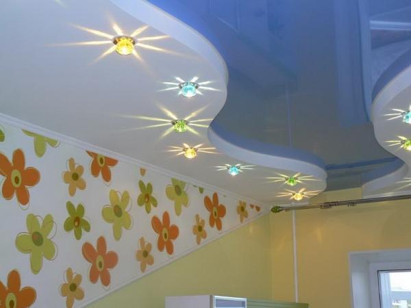 Натяжные потолки в детскую комнату для девочки голубого цвета