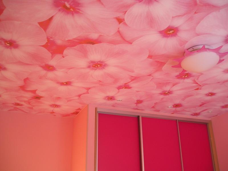 Какой потолок сделать в детской комнате розовый или синий