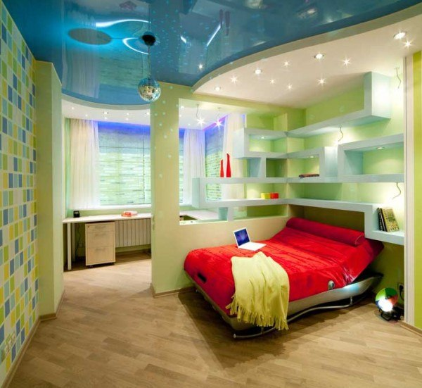 Утвердительное зонирование детской комнаты перегородками в большом помещении