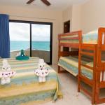 Аккуратная кровать для ребенка 2 лет с бортиками
