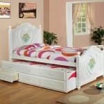 Белоснежные кровати для девочек фото с яркими тканями