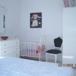 Металлическая белая кровать для ребенка 2 лет с бортиками