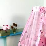 Розовый балдахин на детскую кроватку с рисунками